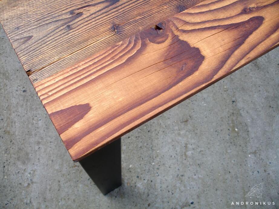 stół ze starego drewna z odzysku na metalowych nogach